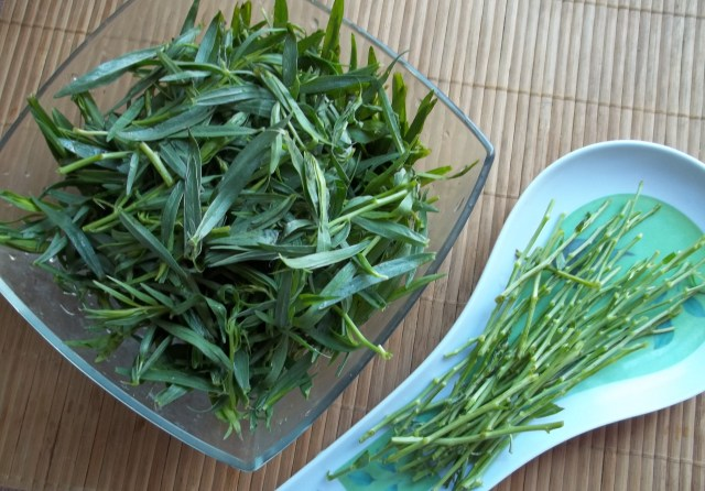 preparing tarragon for Chakapuli Recipe