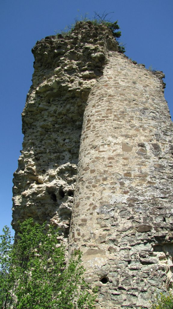 Tower at Ujarma Fortress. Photo by Jonathan Cardy, via Wikimedia Commons.