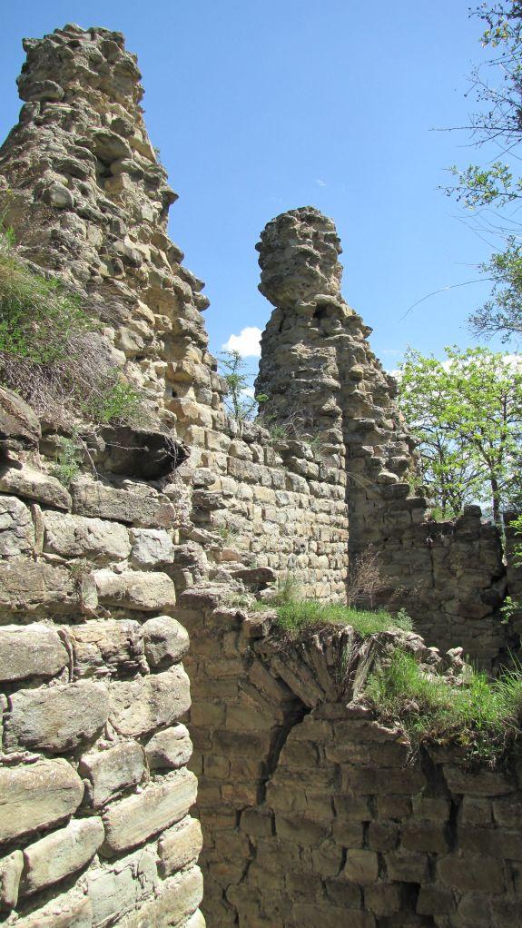 Muralla y torre en ruinas en Ujarma Fortaleza. Foto de Jonathan Cardy, via Wikimedia Commons.