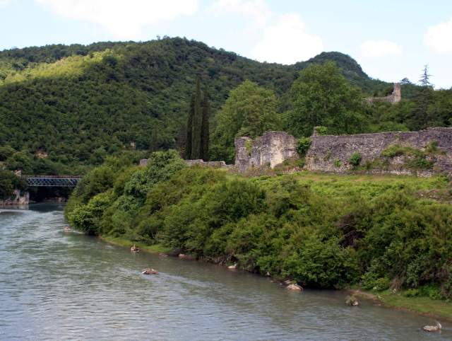 Nokalakevi Fortress by the Tekhuri River. Photo by travelgeorgia.ru, via Wikimedia Commons