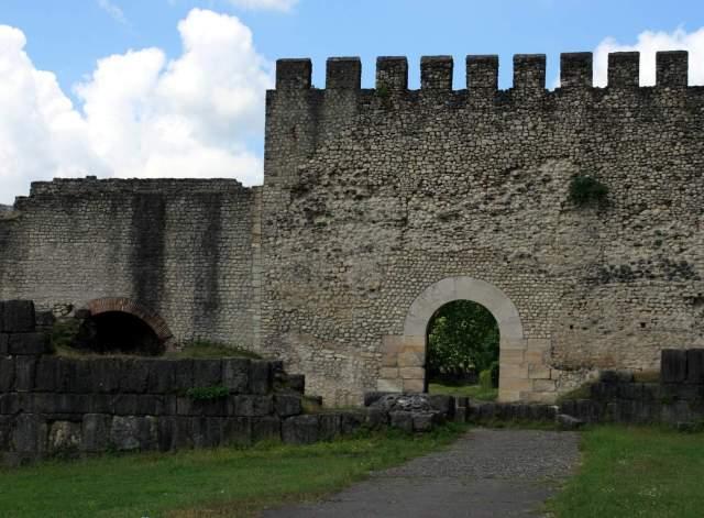 Nokalakevi Fortress Gate_travelgeorgia.ru via wikimedia