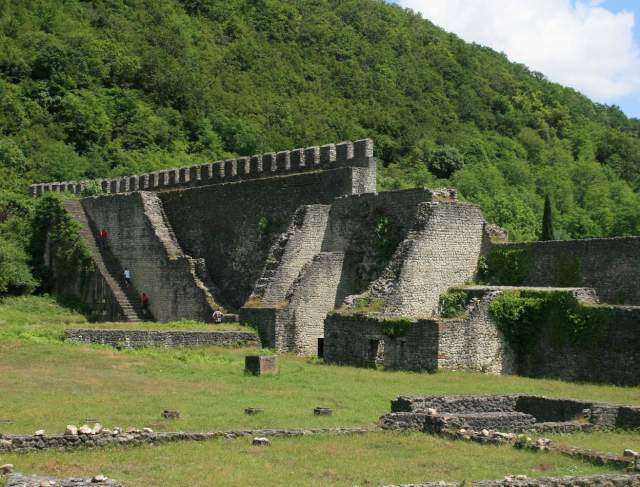 Nokalakevi Fortress. Photo by travelgeorgia.ru, via Wikimedia Commons