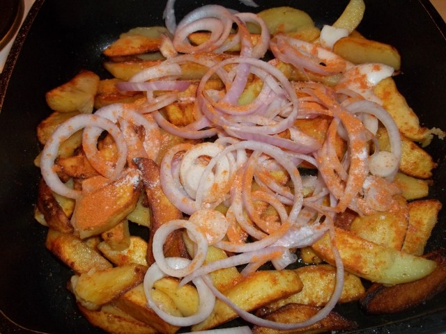 onions-and-dried-marigold-sprinkled-on-fried-potatoes