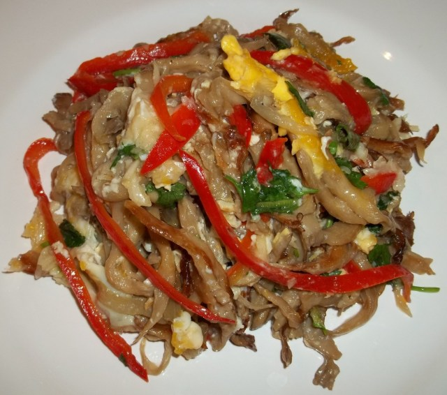 oyster-mushrooms-with-eggs-ready-for-serving