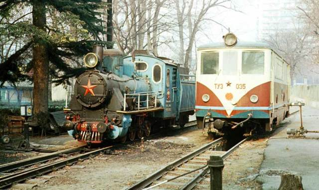 Steam locomotive 159-205 and diesel locomotive TU3-035 in Tbilisi. Photo by V.Mironov. 1982