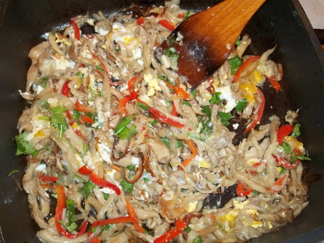 stirring-ingredients-for-oyster-mushroom-with-eggs-recipe