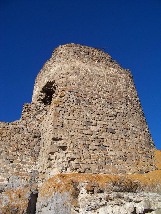Una torre en Atskuri Fortaleza. Foto por ჯაბა ლაბაძე, via Wikimedia Commons.