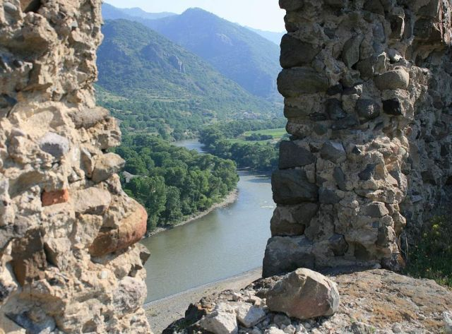 View of the Mtkvari River from Atskuri Fortress. Photo by travelgeorgia.ru, via Wikimedia Commons.
