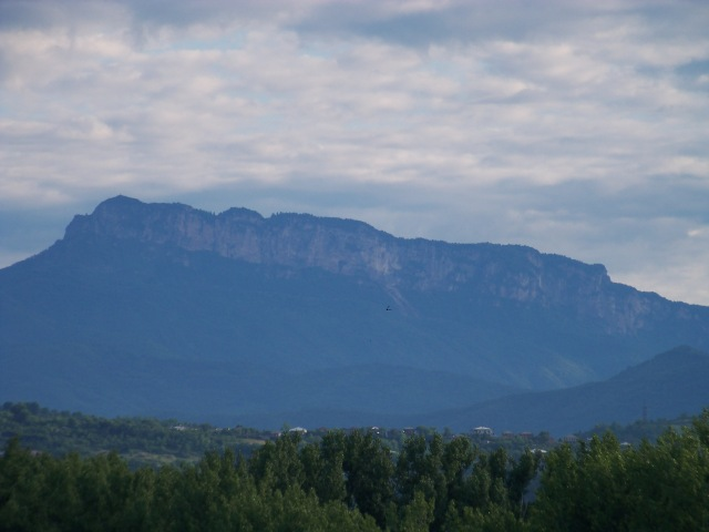Khvamli limestone massif in western Georgia. Photo by ჯაბა ლაბაძე via Wikimedia Commons.