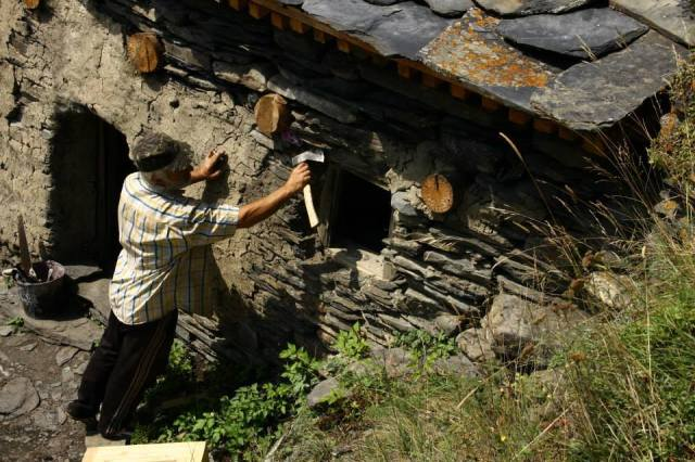 Making repairs to a traditional house in Tusheti