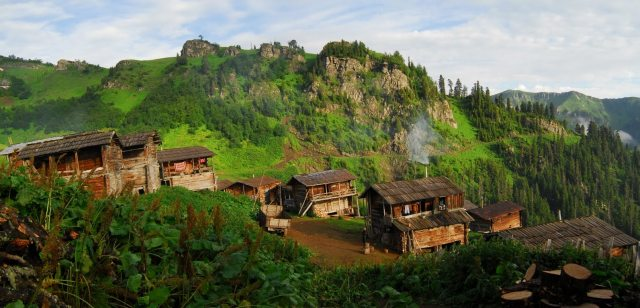 Wooden houses in the mountains. Photo courtesy of goderdzi.ge
