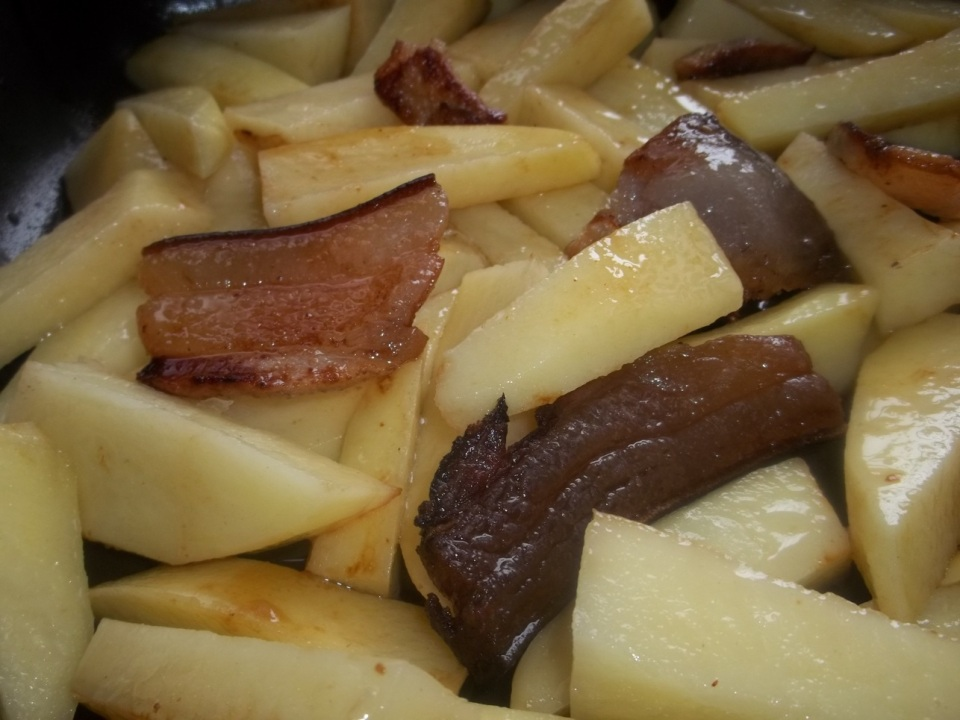 Frying Rachuli Ham with Potatoes - Copy