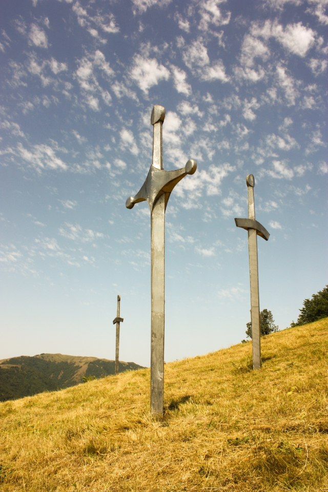 Huge sword sculptures on Mount Didgori commemorate the Battle of Didgori. Photo by George Mel via Wikimedia Creative Commons Licence.