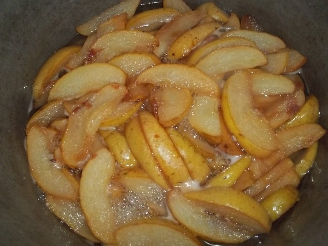 Cooking pears in sugar water - Copy