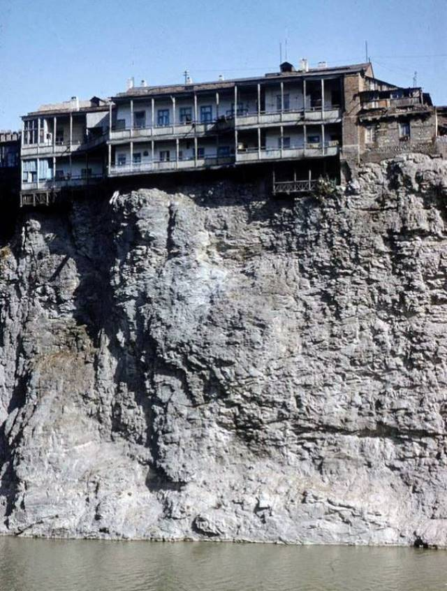 Old balconied houses on top of the cliff above the Mtkvari River in 1958