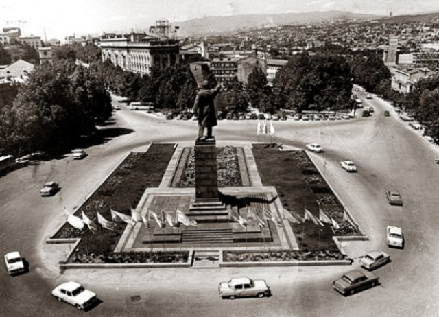 The large statue of Lenin in Lenin Square, Tbilisi