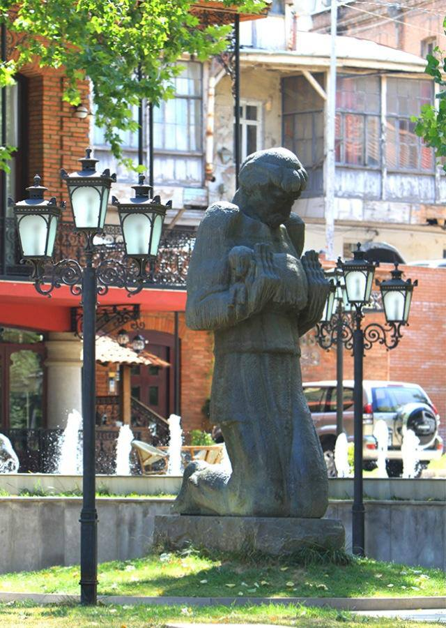 Niko Pirosmani statue in Tbilisi by Elguja Amashukeli. Photo courtesy of Tbilisi Government.
