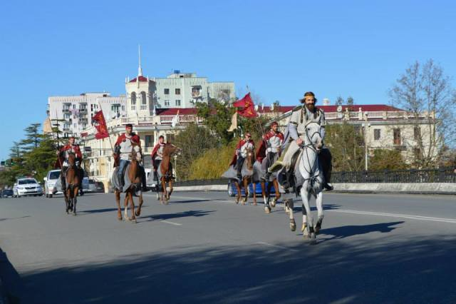 A rider portraying King Aeëtes rides through the city with his entourage