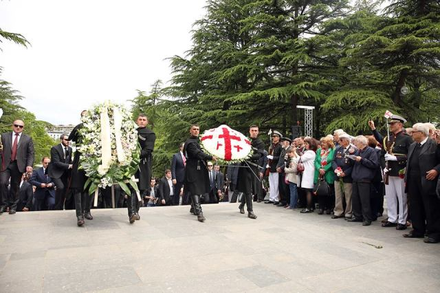 Laying a wreath at the Tomb of the Unknown Soldier In Vake Park