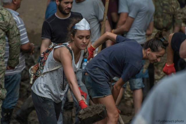 Volunteers helping to clean up Tbilisi. Photo by Маша Рябкова