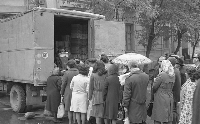 A queue to buy goods from the back of a truck in Tbilisi in 1976